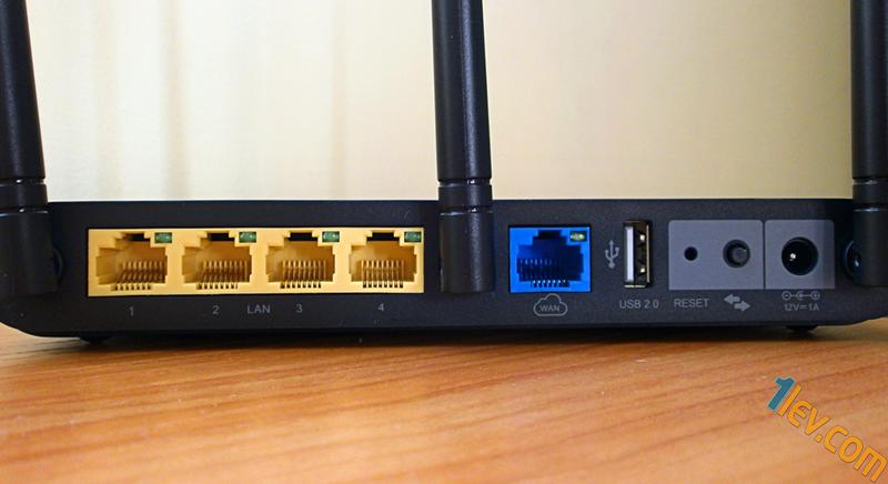 4 LAN порта (в жълт цвят) , WAN порт (в синьо), USB2.0 порт, бутон Reset, WPS бутон, вход за захранване.